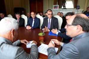 Favio Telis, prefeito de Jaguarão, integrou a comitiva de 27 prefeitos que se reuniram com o governador José Ivo Sartori para buscar soluções