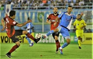 Breno tira a bola de Diogo Oliveira e Leandro Leite chega perto: Brasil faz boa apresentação e vence o Paysandu Foto: Fernando Torres/Paysnadu