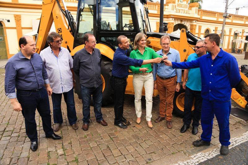 """""""O equipamento soma-se ao parque de máquinas da SDR para beneficiar produtores rurais. Os recursos estão em Brasília e precisamos de quem os destine ao Município. Por isso, agradecemos as parcerias e as valorizamos. Ninguém faz nada sozinho"""", argumentou a prefeita Paula"""