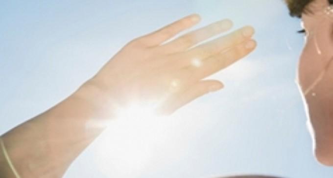 Expor acne ao sol não ajuda no tratamento e pode ser prejudicial