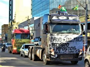 A decisão, segundo ele, busca contribuir com uma possível trégua no movimento dos caminhoneiros, que estão paradas nas estradas há três dias contra preço do combustível.