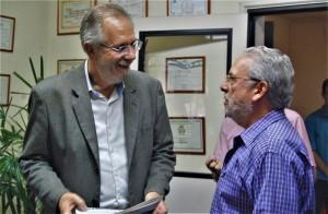 MIGUEL Rossetto com o jornalista Hélio Freitag, na redação do DIÁRIO DA MANHÃ