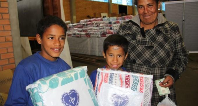 SOLIDARIEDADE : LBV entrega cobertores para famílias de Pelotas