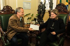 LUIS Fernando Parada, gerente regional do Sesc/Pelotas entregou convite para a prefeita Paula Mascarenhas