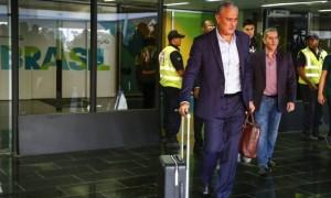 Tite agradeceu o apoio da torcida na chegada ao Rio: eliminação não abalou o prestígio do técnico
