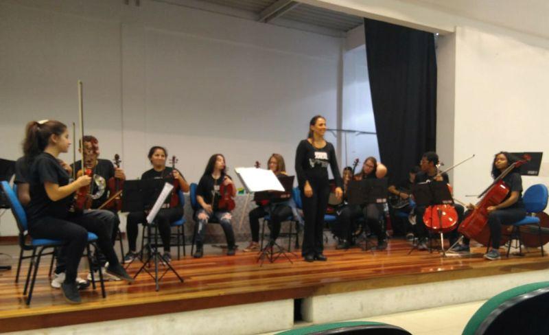 Regente Lys Márcia também coordena a Orquestra Estudantil Municipal
