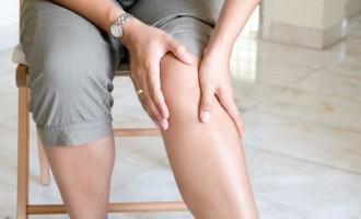 Dores com inchaço nas pernas são sintomas de trombose e exigem consulta médica imediata