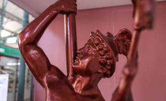 DEUS MERCÚRIO : Escultura está sendo  restaurada