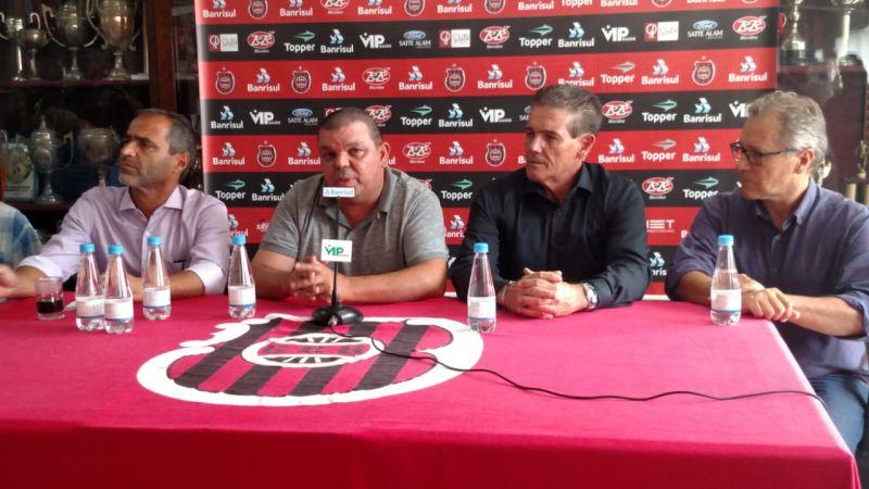 Ricardo Fonseca anuncia mudança no comando técnico do Brasil entre os dois treinadores (quem sai e quem chega): situação em comum  Foto: Carlos Insaurriaga/Assessoria GEB