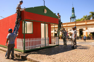A ornamentação da praça Coronel Pedro Osório e do Largo Edmar Fetter começou na semana passada e deve ser concluída até esta quinta
