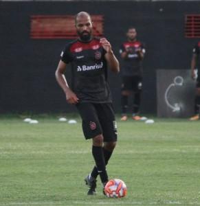 ZAGUEIRO  Heverton também avalia como intensa a movimentação do time no jogo-treino FOTO: Carlos Insaurriaga/AI GEB – Especial DM