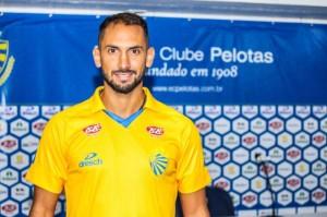 Júlio Santa Cruz é irmão de Roque Santa Cruz, que defendeu a seleção paraguaia