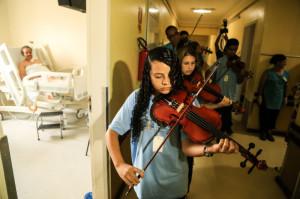Pacientes, familiares e funcionários foram envolvidos pela melodia que tomou conta dos corredores do hospital