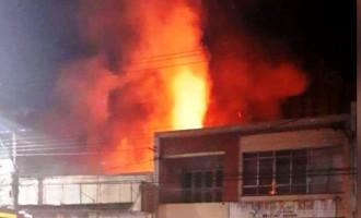Incêndio destrói depósito de loja
