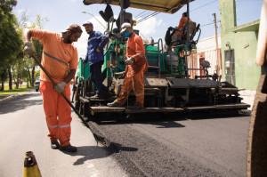 EMPRESA refaz o serviço, após Prefeitura identificar desgaste no asfalto aplicado. Cerca de 500 toneladas de material serão utilizadas