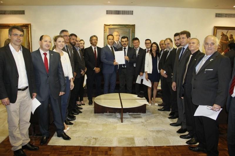 O documento foi entregue pelo chefe da Casa Civil, Otomar Vivian, ao presidente da Casa, Luís Augusto Lara, acompanhado de diversos deputados.