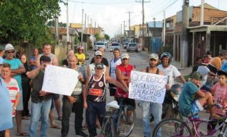 PEDIDO DE MELHORIAS : Moradores protestam e trancam a Vila Peres