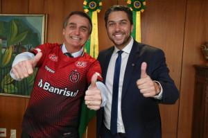 Bolsonaro foi presenteado com uma camisa do Grêmio Esportivo Brasil