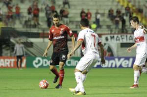 Diogo Oliveira jogou bem no primeiro tempo, mas desapareceu com o time na etapa final Foto: Carlos Insaurriaga/Brasil/Divulgação