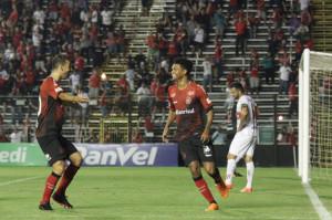 Diogo Oliveira e Bruno Paulo comemoram gol contra o São Luiz: falsa ilusão de que má fase seria superada Foto: Carlos Insaurriaga/Brasil/Divulgação