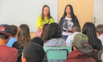 DOWN  : Jovens contam experiências de vida para estudantes da rede municipal
