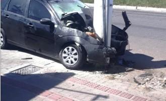 FINAL DE SEMANA : Veículo bate em poste e motorista morre no local