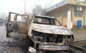 Veículo roubado foi queimado e usado para bloquear a saída de viaturas da BM