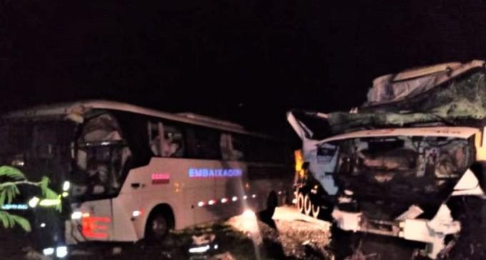 BR-116 : Acidente entre carro, caminhão e ônibus mata duas pessoas em Cristal