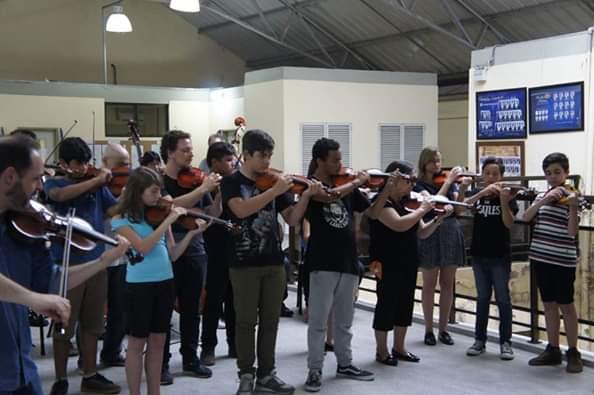Ensaio do grupo Corda Sul de violino, violoncelo, baixo para crianças
