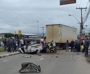 Colisão entre caminhonete e caminhão ocorreu na Av. Fernando Osório. A vítima fatal – que estava na carona do veículo – é Daniel Almeida, 45 anos