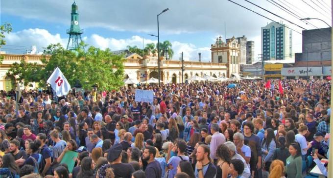Multidão em defesa da Educação Pública