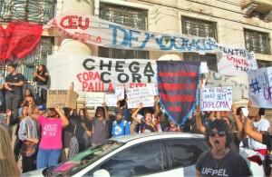 Faixas e cartazes na caminhada de protesto aos cortes anunciados pelo governo federal