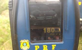 PRF flagra veículo a 180 km/h em rodovia da zona sul do RS