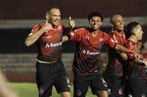 Jogadores celebram: com Papa, Brasil evitou queda no Estadual, passou de fase na Copa do Brasil e venceu fora na B Foto: Carlos Insaurriaga / GE Brasil