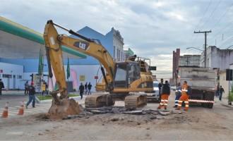 Obras interrompem trânsito na Deodoro esquina Neto