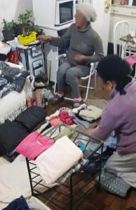 Voluntárias separaram e limparam as roupas