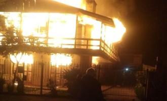 """LARANJAL : Incêndio destrói sobrado onde funcionou a """"Nica Malhas"""""""