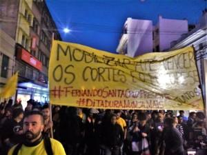 EM Pelotas centenas de manifestantes participaram do protesto realizado ontem à tarde no Largo do Mercado Central