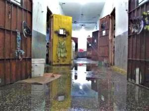 Infiltração no corredor e celas ameaça a saúde e estrutura das instalações