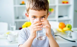 Crianças que não bebem água estão consumindo 100 calorias extra por dia