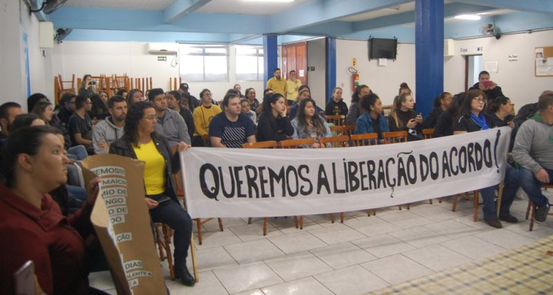 Trabalhadores estiveram na sede do SECPEL exigindo liberação do horário de funcionamento do comércio