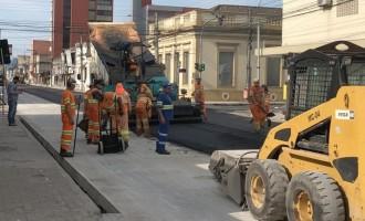 Prefeitura avança com asfaltamento na Deodoro durante feriado