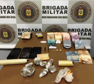Quase R$13 mil foram apreendidos com o grupo de traficantes