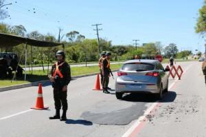 Militares verificaram a documentação de condutores e veículos