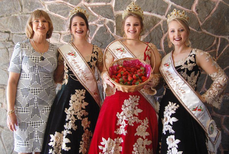PREFEITA Selmira Fehrenbach com a corte: Sandy Dallman (Rainha), Elisângela Milech e Jennifer Ramos (Princesas) em visita ao Diário da Manhã