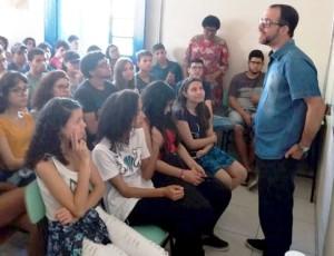 Historiador Rodrigo Trespach interagiu com alunos da escola pública