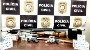 Apreensão de espingardas, revólver, pistola e munições para diferentes calibres