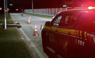 TRÂNSITO : Motociclista morre após colisão em poste de luz