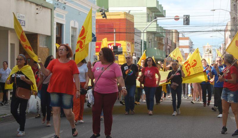Professores estão em greve desde o dia 18 de novembro. Outras categorias também aderiram