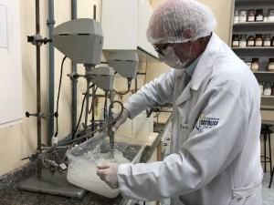 Cerca de 150 litros de álcool gel foram fabricados em um único dia